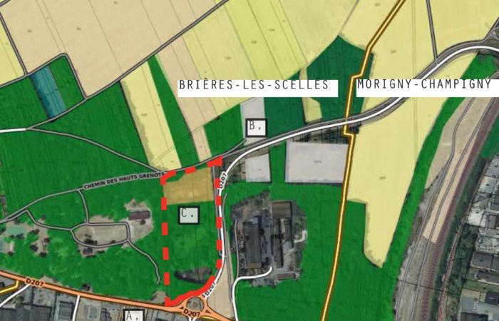 Zone industrielle entre champs et bois